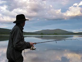 Kalastaja Hammasjärvellä. Kuva: Pekka Antikainen