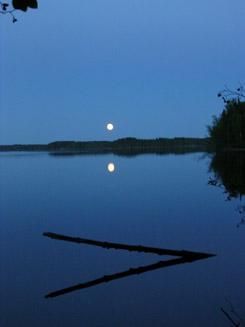 Kuutamoilta Rutajärvellä. Kuva: Rami Tuominiemi