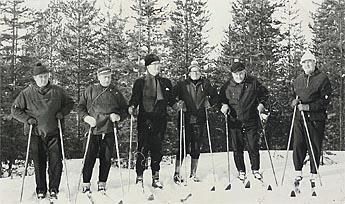 Presidentti Kekkonen seurueineen tutustui Rokuaan hiihtoretkellä 1960-luvulla. Kuva: Rokua-seura