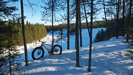 The wilderness trail that runs from the vicinity of River Oulankajoki to Juuma is suitable for fatbiking, cross-country skiing and snowshoeing. Photo: © Harri Mourujärvi