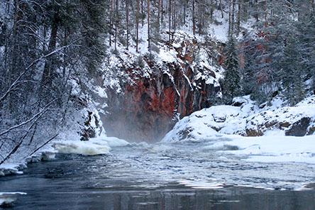 Kiutaköngäs vattenfall är ett utflyktsmål som går att besöka året runt. Bild: Markku Pirttimaa