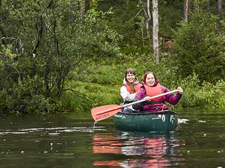 Vattnet i älven Oulankajokis nedre lopp flödar lugnt och lämpar sig därför även för nybörjare. Bild: Vastavalo/Jari Hindström