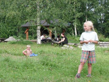 Retkeilijöitä Sammakkoniemen leirintäalueella. Kuva: Hanne Liukko