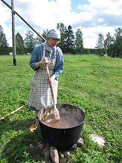 The activities of Korteniemi heritage day included the making of soap. Photo: Elina Nystedt