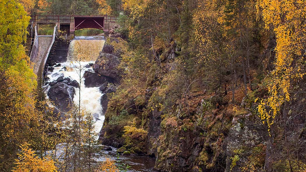 The Auttiköngäs dam bridge and logging flume in autumn colours. Photo: Vesa-Matti Hillberg