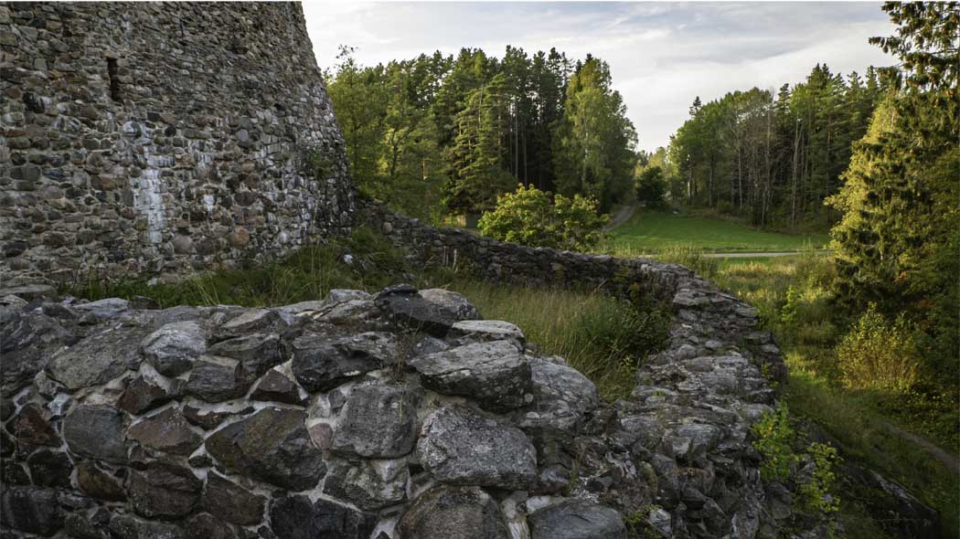 The castle is surrounded by stone walls. Photo: Tuija Warén.