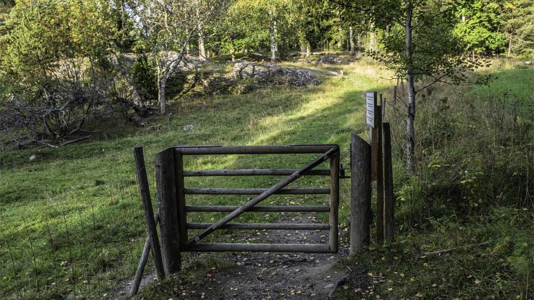Det finns får på bete på området. Du kommer väl ihåg att stänga porten. Bild: Tuija Warén.