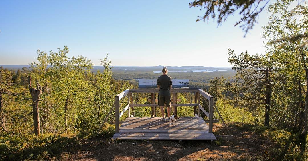 En vandrare på utsiktsplattformen vid Pyhän Jyssän leden.