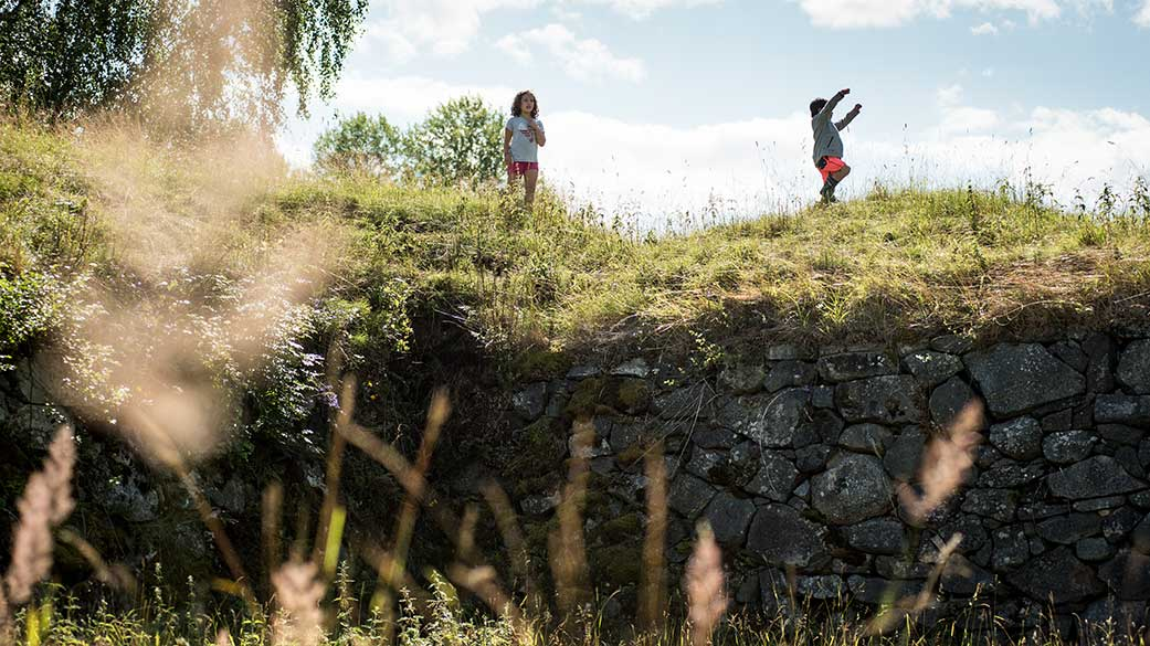 Scenic nature of Raseborg's Castle Ruins attracts visitors on a sunnu summer day. Photo: Elias Lahtinen.