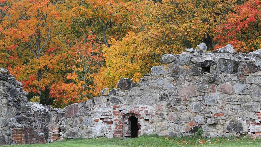 Ruinerna i höstskrud.